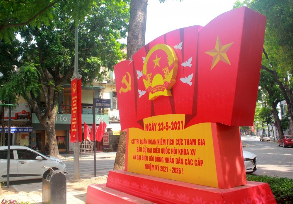 Phố, phường Hà Nội ngập tràn sắc đỏ trước ngày bầu cử