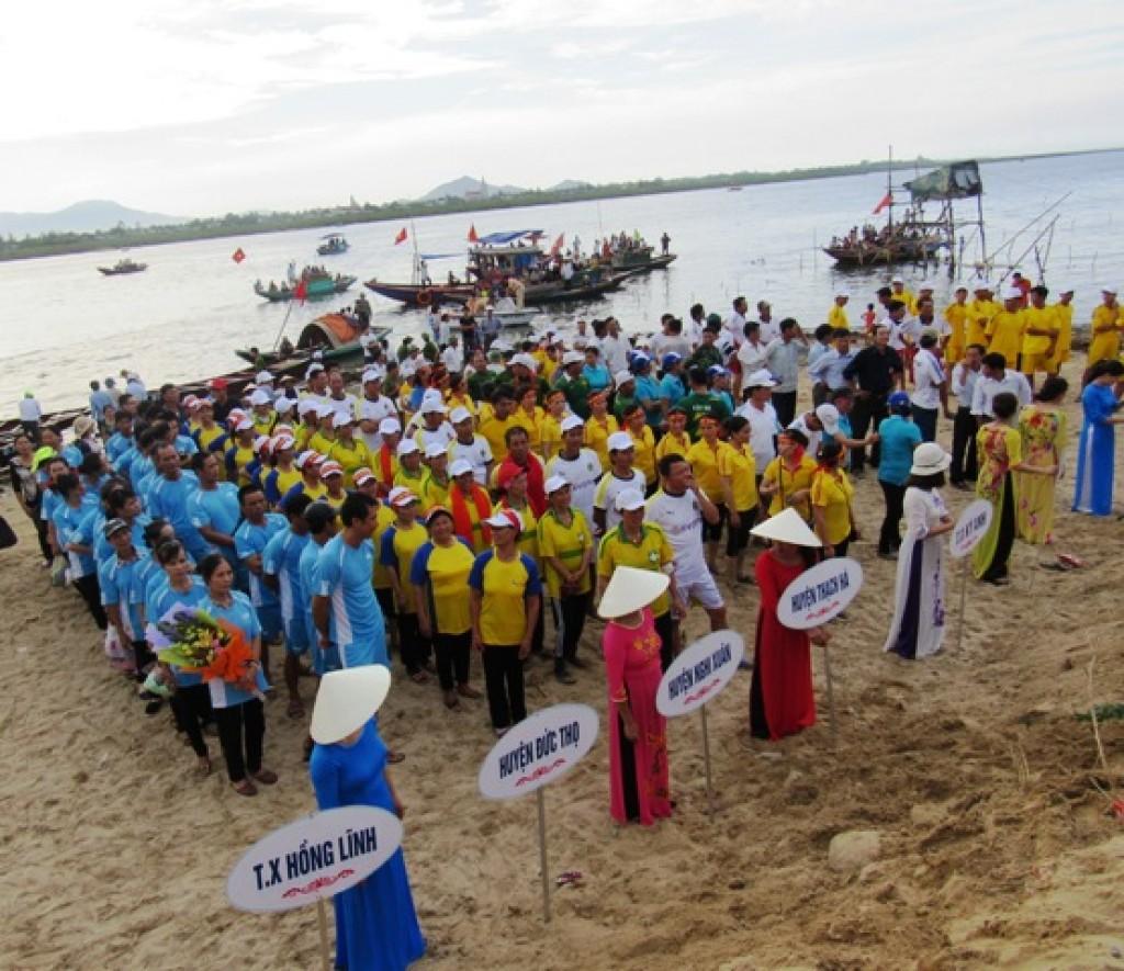 Náo nhiệt lễ hội đua thuyền trên sông Cửa Sót