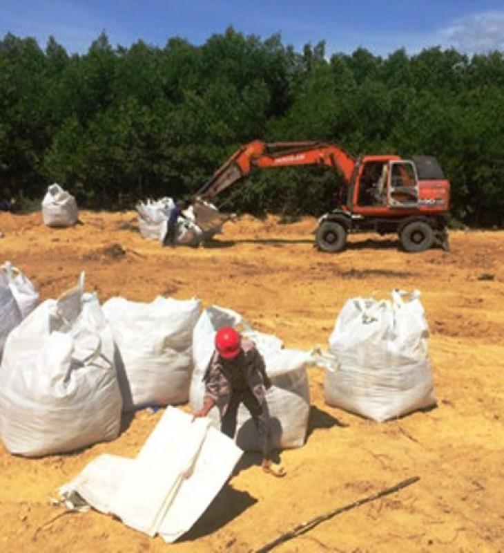 Cất bốc 300 tấn chất thải Fomosa chôn lấp tại trang trại