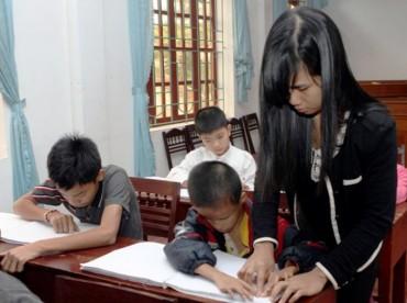 Cảm phục lòng yêu nghề của một cô giáo khiếm thị