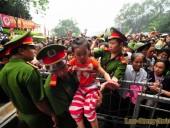 Lễ hội Đền Hùng 2016: Trẻ em chen chúc giữa biển người hành hương