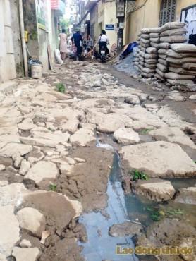 Hà Nội: Kỳ lạ, người dân lội nước thải để vào nhà
