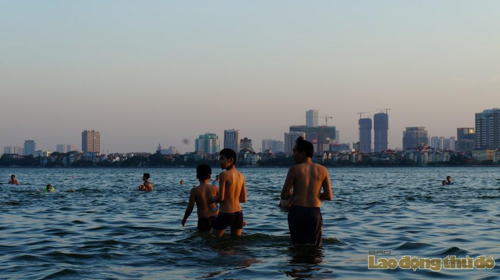 Người Hà Thành đổ xô ra Hồ Tây... bơi 'giải nhiệt'