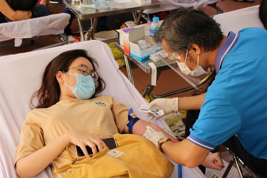 """Hàng trăm tình nguyện viên hiến máu """"cứu trợ"""" ngân hàng máu thành phố Hồ Chí Minh"""