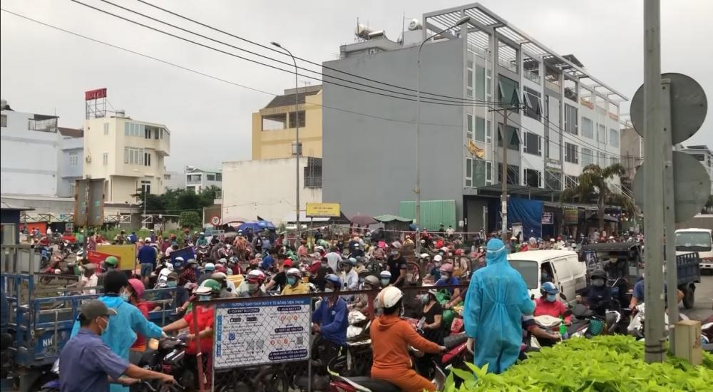 Chợ Bình Điền đóng cửa, tiểu thương chen chúc lấy hàng