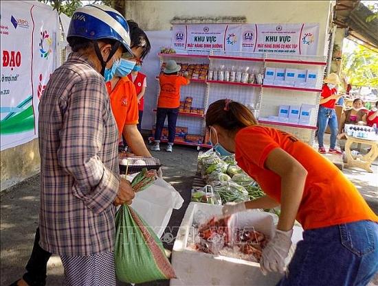 Thành phố Hồ Chí Minh phát phiếu đi chợ cho 16.000 người nghèo