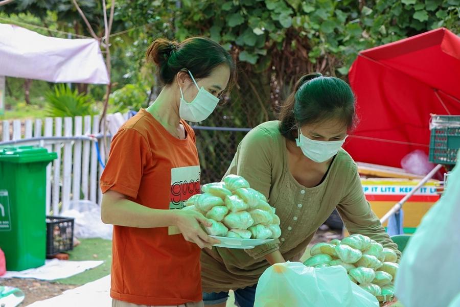 Dân 'đỏ lửa' nấu cơm cho bác sỹ bệnh viện dã chiến tại thành phố Hồ Chí Minh