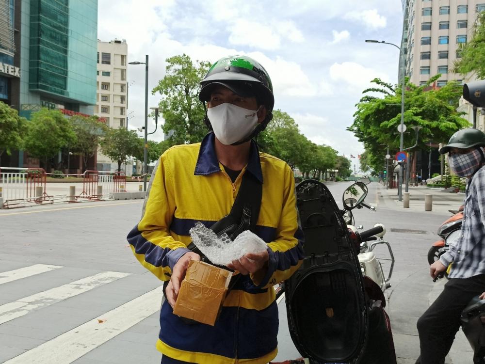 Nhiều shipper đi giao hàng bị xử phạt ở thành phố Hồ Chí Minh