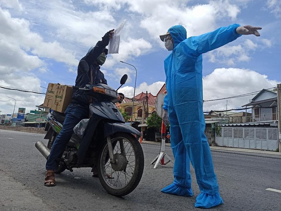 Lực lượng chức năng đội nắng kiểm soát dịch ở cửa ngõ thành phố Hồ Chí Minh