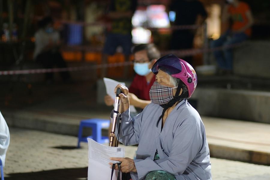 Xuyên đêm tiêm vắc xin cho người già, người có bệnh nền tại thành phố Hồ Chí Minh