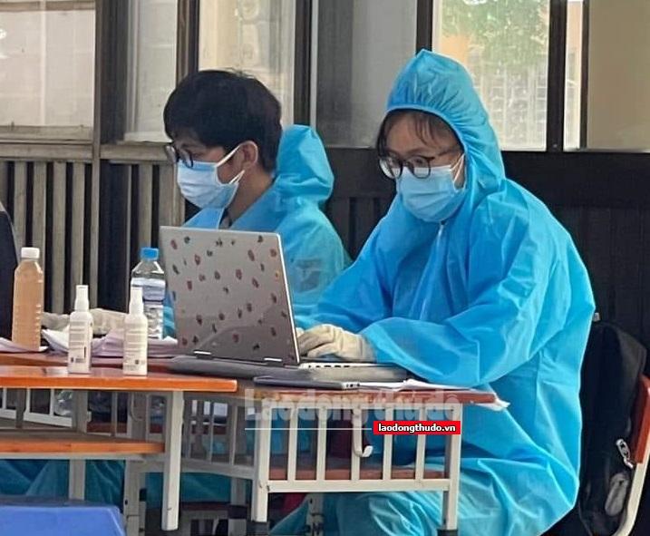 Thanh niên tình nguyện khoác áo xanh, lao vào tâm dịch