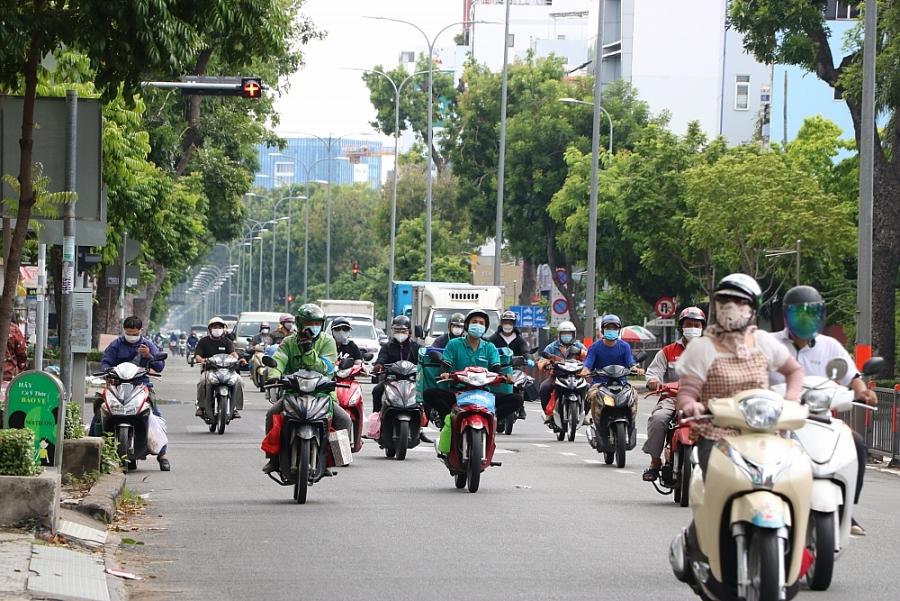 Thành phố Hồ Chí Minh: Lượng xe đổ ra đường đông dù số ca mắc trong cộng đồng gia tăng