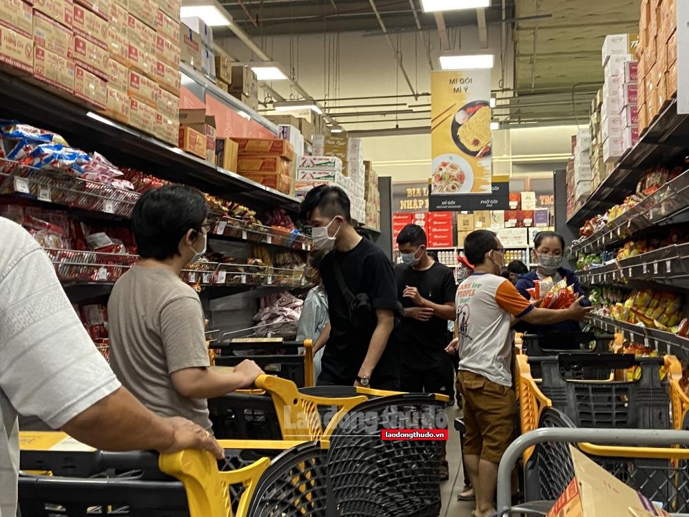 """Người dân thành phố Hồ Chí Minh """"đổ xô"""" đi siêu thị dẫn đến tình trạng """"cháy hàng"""""""