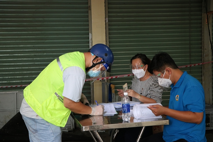 Hàng trăm tiểu thương nhận tiền hỗ trợ do ảnh hưởng của dịch bệnh