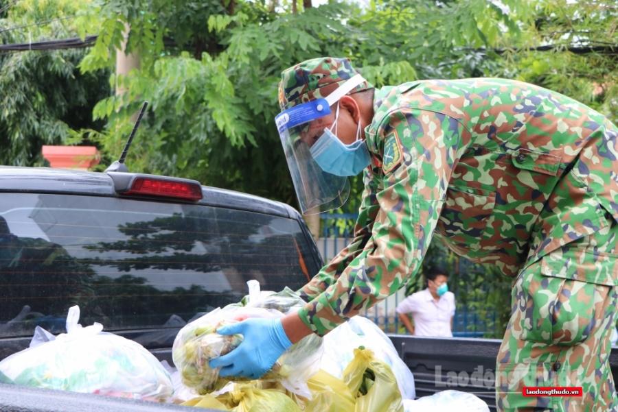 """""""Đi chợ hộ"""": Nhiều người thành phố Hồ Chí Minh mòn mỏi chờ thông báo"""