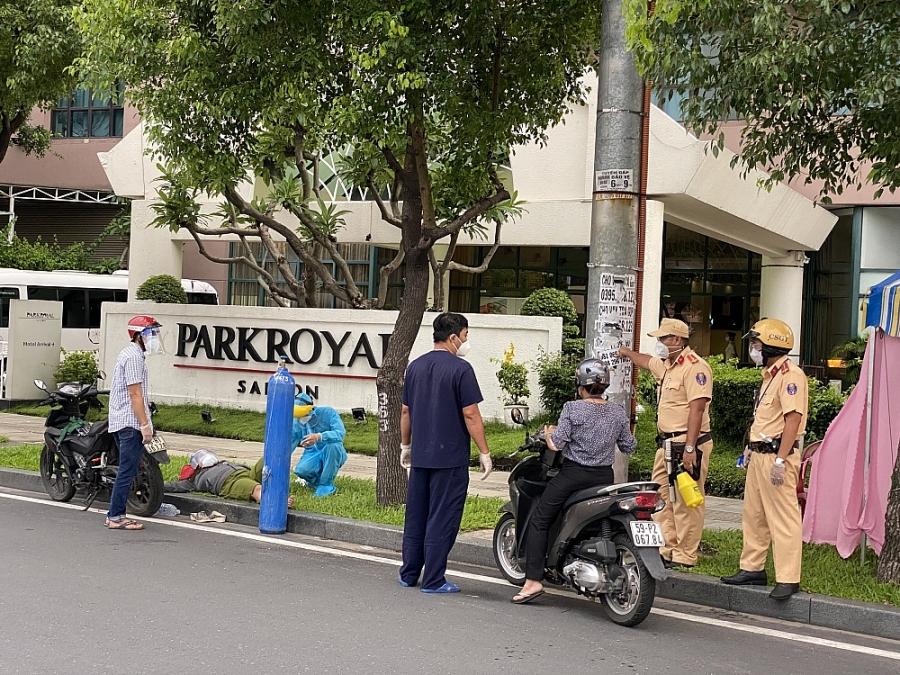 Công an trực chốt kiểm soát cứu bệnh nhân F0 nguy kịch trên đường nhập viện