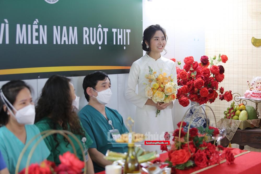 Cô dâu trong đám cưới online ở bệnh viện dã chiến: Cứ ngỡ váy cưới là bộ đồ bảo hộ