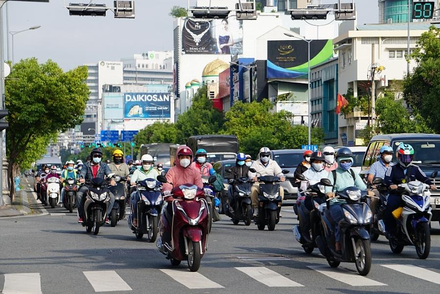 Xe cộ đông đúc, cơ sở kinh doanh rục rịch mở cửa