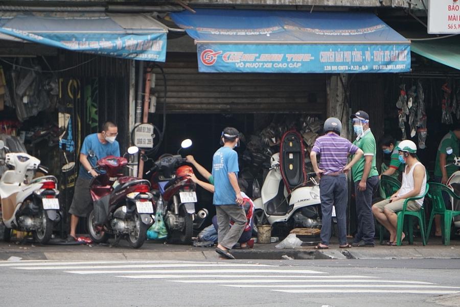 Thành phố Hồ Chí Minh ngày đầu nới lỏng giãn cách xã hội: Xe cộ đông đúc, cơ sở kinh doanh rục rịch mở cửa