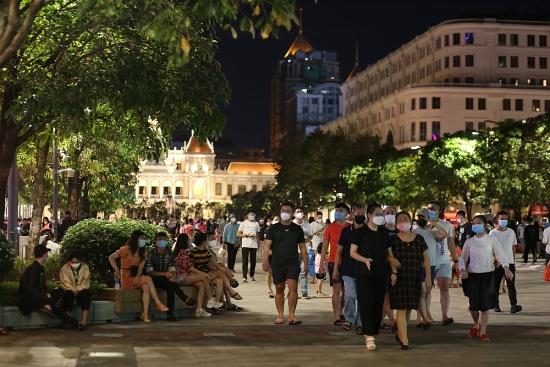 Phố đi bộ Nguyễn Huệ đông nghẹt vào cuối tuần, nhiều người bị xử phạt vì không đeo khẩu trang