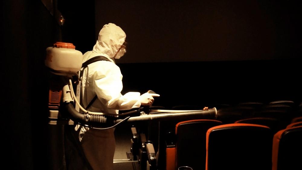 Nhiều bạn trẻ phấn khởi khi rạp phim ở TP Hồ Chí Minh phun xịt khử khuẩn chờ ngày mở cửa