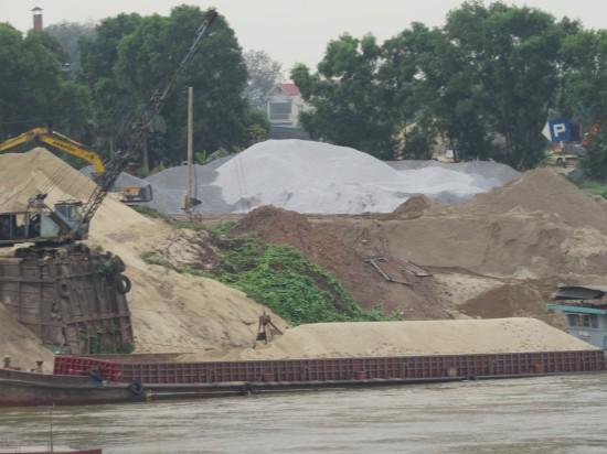 Chính quyền xã 'bảo kê' cho bãi cát không phép hoạt động