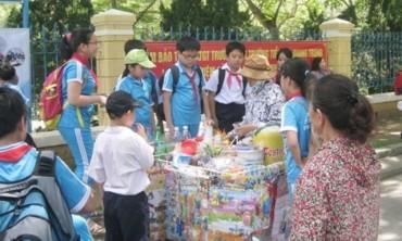 Tràn lan thức ăn, nước uống không rõ nguồn gốc trước cổng trường học