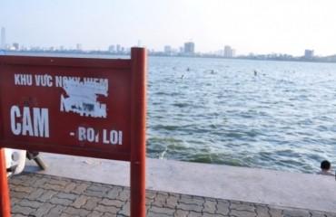 """""""Bãi tắm"""" tự phát ở Hồ Tây: Nguy hiểm rình rập"""