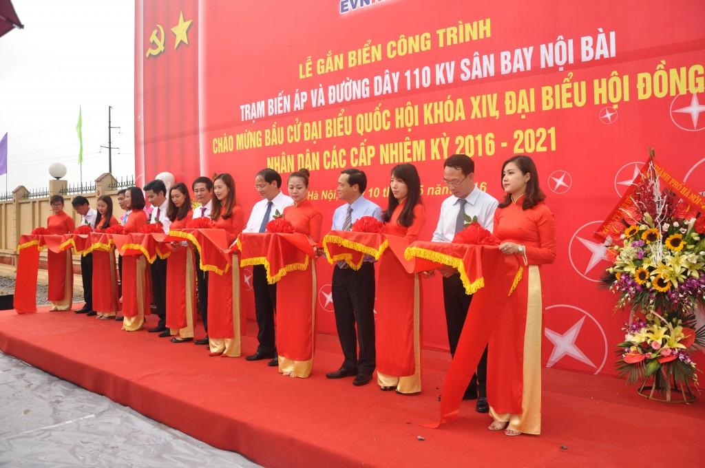 EVN Hà Nội gắn biển công trình chào mừng ngày hội lớn của toàn dân tộc