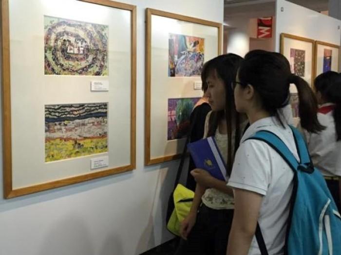 """Triển lãm tranh """"Trái đất trong tay em"""" của học sinh Hà Nội"""