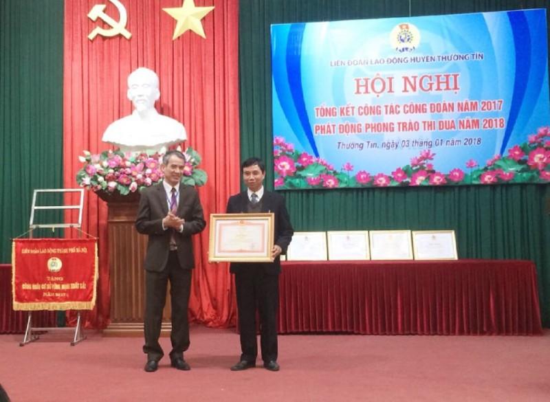 Nhận Bằng khen của Tổng Liên đoàn lao động Việt Nam