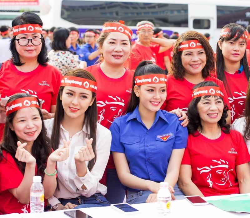 """Á hậu Đặng Thanh Ngân và Hoa khôi Nam bộ Hải Yến rạng rỡ tại """"Chủ nhật Đỏ'"""