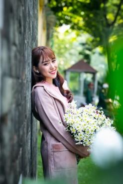 Tân Hoa hậu Việt Nam Thế giới 2017 hóa thành thiếu nữ Hà Nội bên cúc họa mi