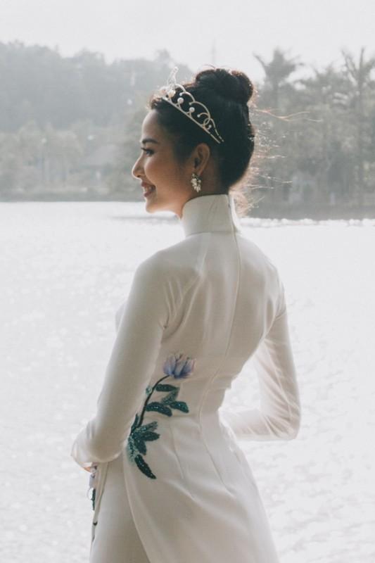 Á hậu Hoàng Thùy diện áo dài khoe dáng trong buổi chiều tà ở quê nhà