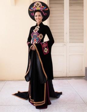 Hoa hậu Hoàn vũ H'hen Niê rạng rỡ trong áo dài Nhật Dũng