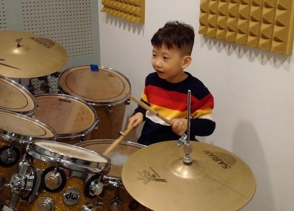 Ca sĩ nhí Vương Anh tiếp tục chiếm sóng ca khúc về Tết