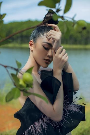 """Á hậu Lý Kim Thảo hóa nàng thơ trong bộ sưu tập """"Hạt nắng lạnh"""""""