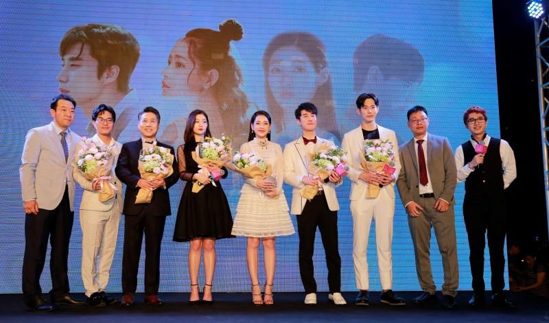 Chi Pu và dàn sao Hàn Quốc đốn gục fan vì quá đẹp và dễ thương