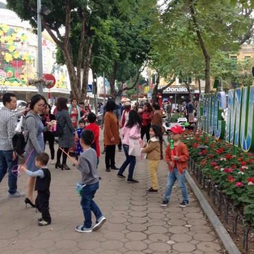 Ngày mùng 2 tết, khu vực Hồ Hoàn Kiếm 'thất thủ'