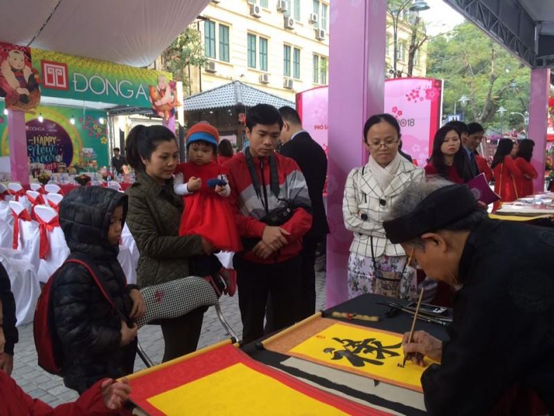 Đông đảo người dân đến tham quan Phố Sách Hà Nội ngày mùng 3 Tết