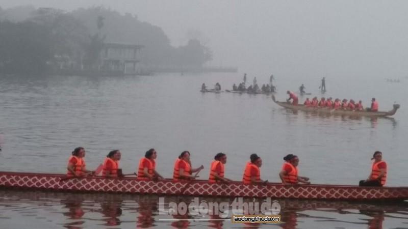 Lễ hội bơi chải thuyền rồng Hà Nội diễn ra đầy kịch tính tại Hồ Tây