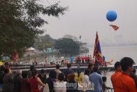 Người dân Hà Nội đội mưa vây kín Hồ Tây xem bơi chải Thuyền rồng