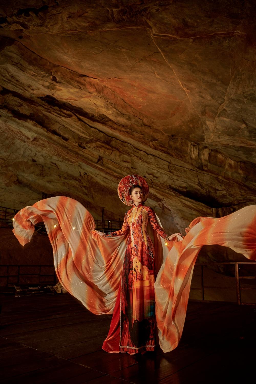 Nhà thiết kế Nhật Dũng và Á hậu Lý Kim Thảo quảng bá di sản qua tà áo dài