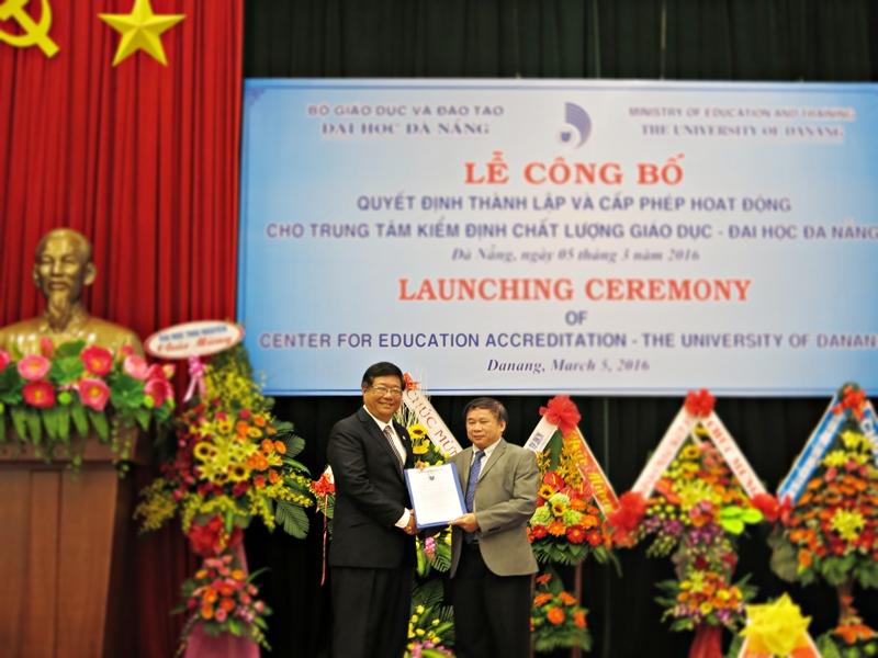 Thứ trưởng Bộ GD - ĐT Bùi Văn Ga trao Quyết định thành lập Trung tâm kiểm định chất lượng giáo dục tại ĐH Đà Nẵng