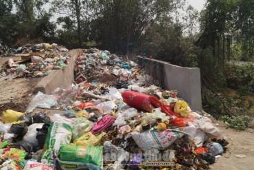 """Bãi rác """"khổng lồ"""" bốc mùi cả ki lô mét trên đường liên thôn"""