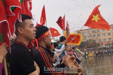 Lễ hội bơi chải thuyền rồng Hồ Linh Đàm: Rực màu cờ sắc áo