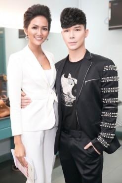 Nathan Lee khoe vẻ điển trai cạnh hoa hậu  H'Hen Niê