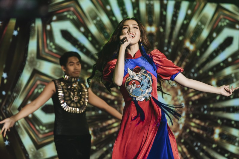 do nhat ha toa sang voi trang phuc dan toc tai miss international queen 2019