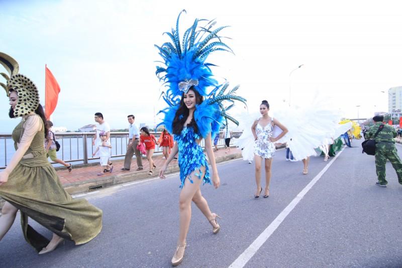 a hau dai duong va hoa khoi hai yen ruc ro trong sac mau cua le hoi carnaval
