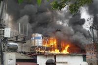 Cháy lớn ở đường Lạc Long Quân lan ra nhiều nhà dân